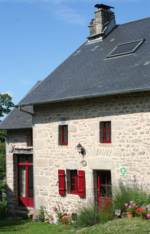 Façade du gîte et chambres d'hôtes de Lasgorceix, maison en pierre, dans les monts d'Ambazac, en pleine nature, au nord de Limoges